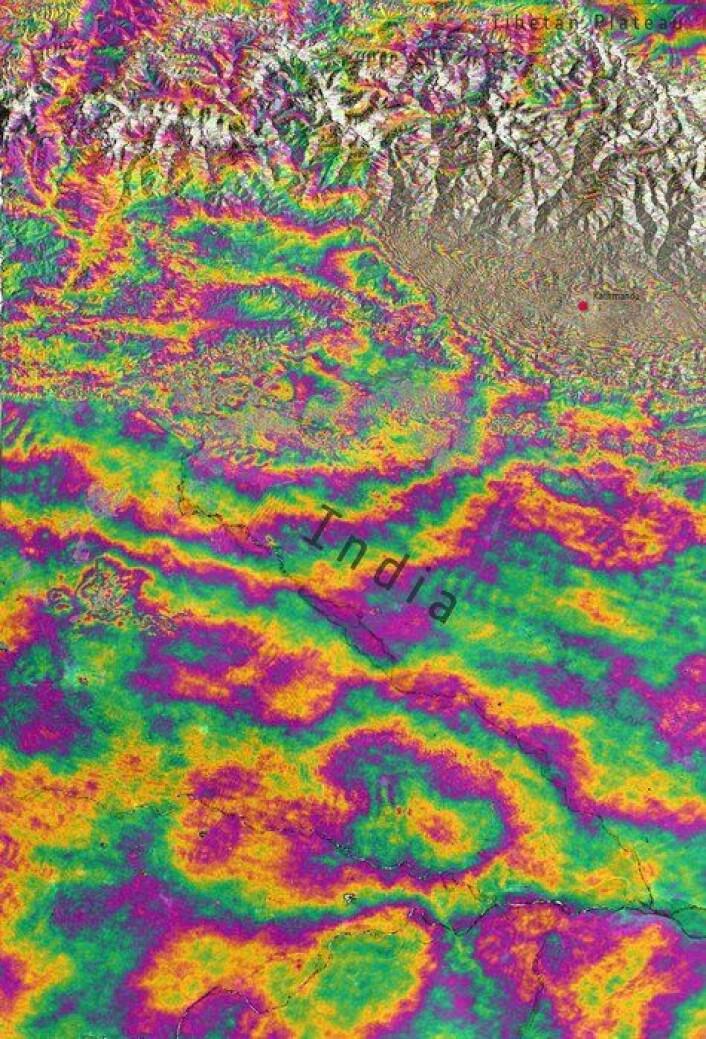 Interferogram av høydeforskjellene i jordskorpa i Nepal (øverst til høyre), og deler av Himalaya og India etter jordskjelvet i Nepal 25. april 2015. Sett av ESAs miljøsatellitt Sentinel-1A. Der fargegraderingene er tettest har jordskorpa beveget seg mest. Her opp til 1 meter fra før jordskjelvet. (Foto: Contains Copernicus data (2015)/ESA/Norut/PPO.labs/COMET–ESA SEOM INSARAP study)