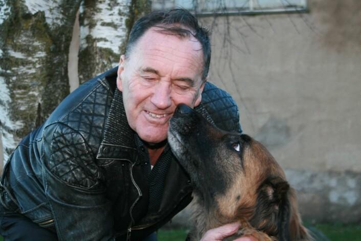 Professor Odd Vangen med blandingshunden Schabaka. - Blandingshunder, som flerrasekrysningen Schabaka, blir ofte livskraftige og robuste, sier Vangen.  (Foto: Janne Karin Brodin)