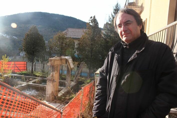 I seks timar lå Vincenzo Vittorini nedgravd i betongmassar og møblar etter jordskjelvet. Kona og dottera overlevde ikkje. (Foto: Silje Pileberg)