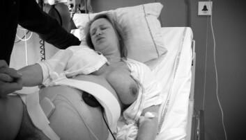 Når jordmor og lege skal vurdere å klippe i skjeden til en fødende kvinne, eller la henne revne naturlig, må hele situasjonen tas i betraktning. (Foto: Scanpix Denmark)