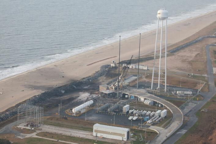 Den ødelagte utskytningsrampen på NASAs Wallops Flight Facility i Virginia etter at Antares-raketten havarerte kort tid etter oppskytning 29. oktober 2014. (Foto: NASA)