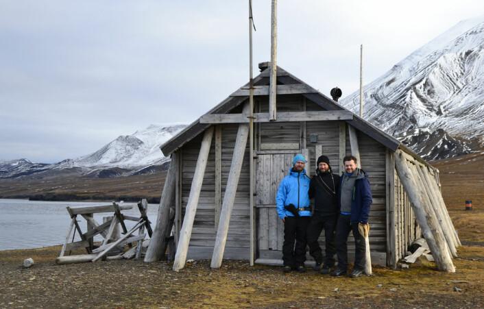 3D-teamet foran den forlatte fangsthytta i Ingebrigtsenbukta. Fra venstre: André Gali, Trond Kasper Mikkelsen og Jan Dyre Bjerknes. (Foto: Trond Kasper Mikkelsen)