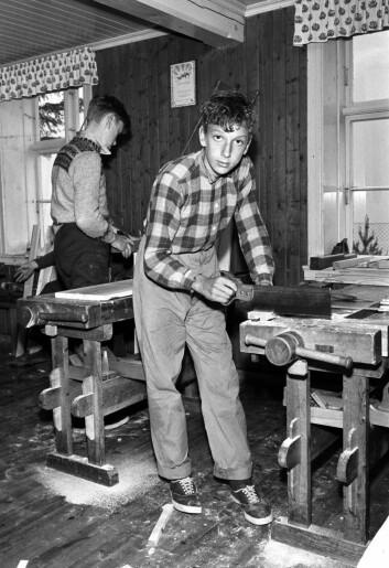 Sløydtime på Bagne skole ved Ulvik i Hardanger, mai 1961. På bildet er elevene Jon Asle Utne (foran) broren Oddmund Johan Utne i gang ved høvelbenkene. I 2015 velger lærerne fremdeles ofte å prioritere det trygge og tradisjonelle i kunst og -håndverkfaget, mener Åsta Rimstad. (Foto: Aaserud / Aktuell / Scanpix)