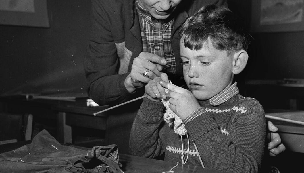 En liten gutt lærer å strikke på en Rudolf Steiner-skole i 1995. Ifølge Åsta Rimstads nye doktoravhandling, har kunst og -håndverkfaget i skolen i praksis knapt utviklet seg på 150 år.  (Foto: Scanpix Denmark)