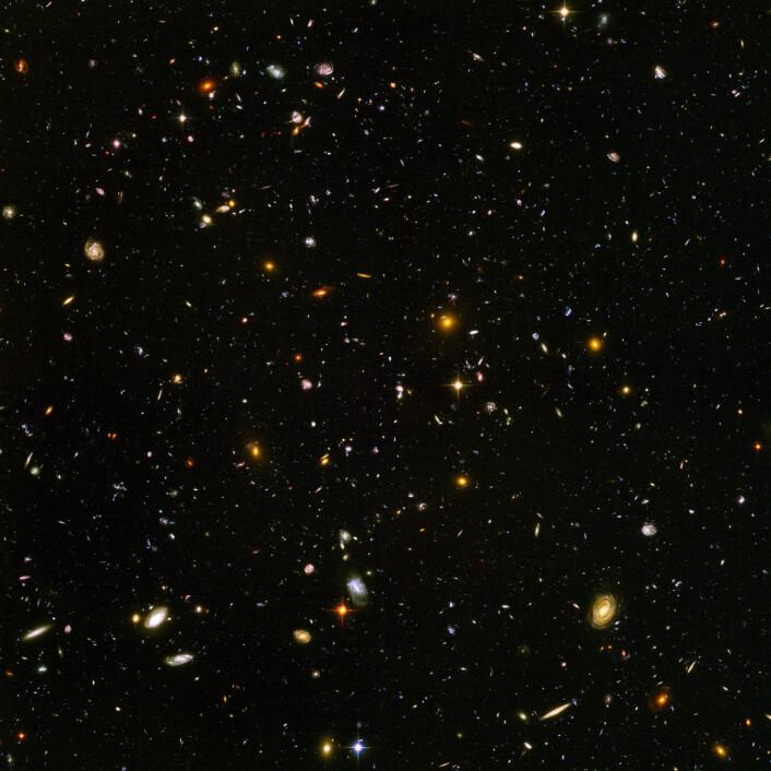 Ekstremt fjerne galakser og galaksehoper sett av Hubble. Bildet inneholder mer enn 10 000 galakser så langt borte som 13 milliarder lysår, galakser som ble dannet bare 800 millioner år etter the Big Bang. (Foto: NASA/ESA/S. Beckwith (STScI) and the HUDF Team)