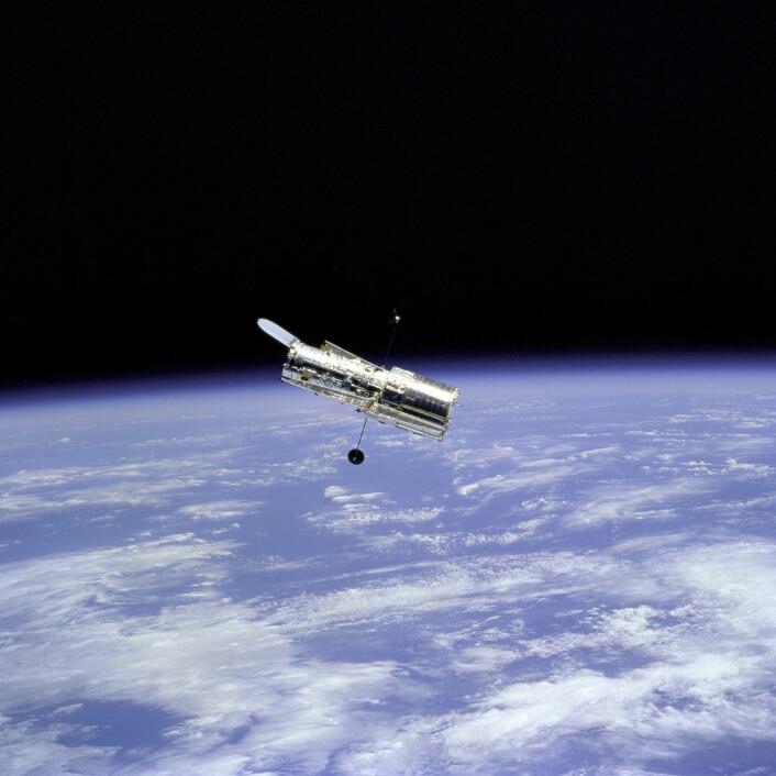 Hubble i bane rundt jorda. Her har romteleskopet vært i hele 25 år, siden 24. april 1990. (Foto: NASA/ESA)