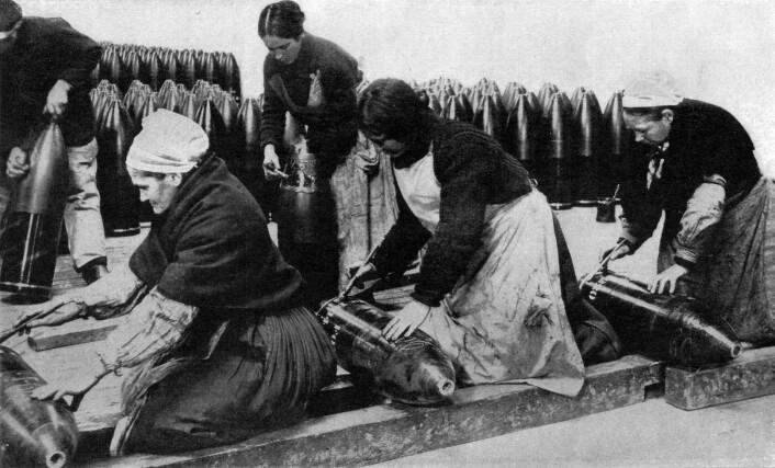 Kvinner har alltid vært viktig arbeidskraft i krigstid, men ikke alltid i fredstid. Dette bildet er tatt av franske kvinner i våpenproduksjon under første verdenskrig.  (Foto: Wikipedia. Bildet er offentlig eiendom)