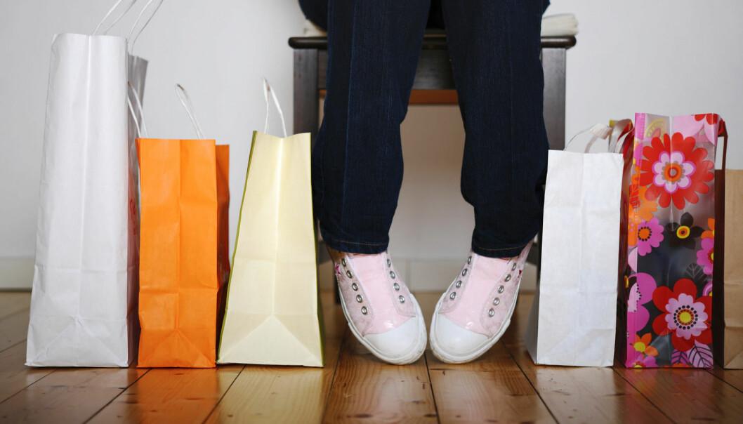 Foreldre kan ikke skylde på tenåringer som sløser. Oppdragerrollen har mye å si for hvilken forhold barna får til penger. – Å lære tenåringer å tenke langsiktig har positiv effekt, ifølge professor. (Foto: Frank May, NTB scanpix)