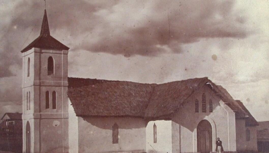 Kirken i Sirabe på Madagaskar, fra cirka 1877, ukjent fotograf. (Kilde: Misjonshøgskolen, Misjonsarkivet)