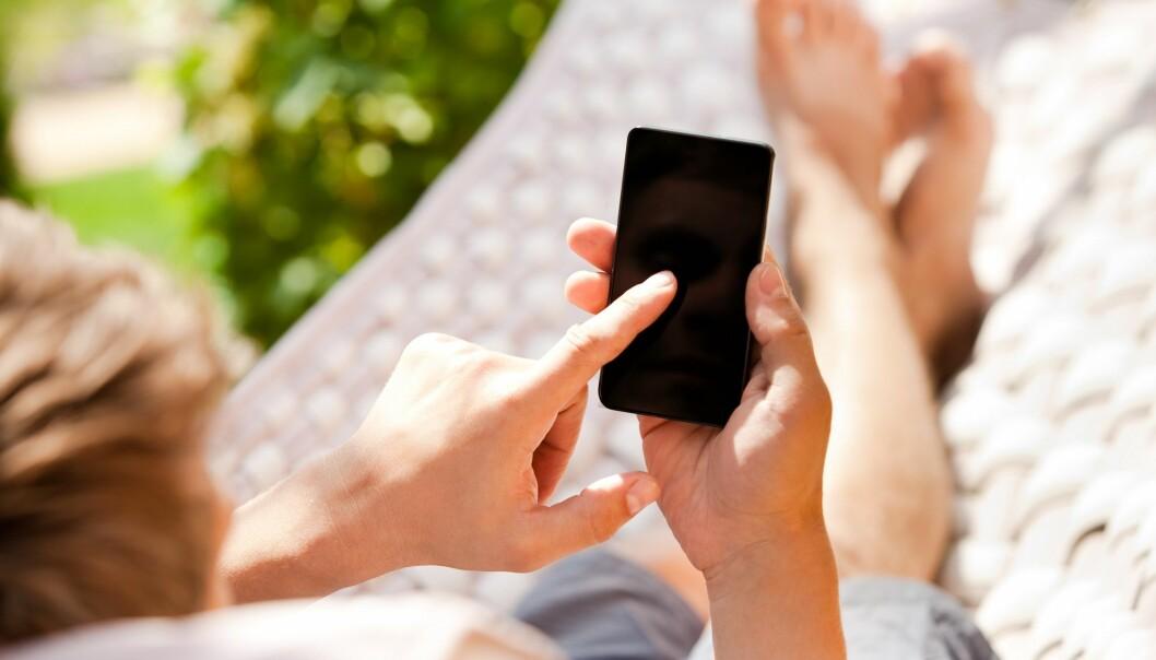 I anledning av solstormen 13. mars skrev flere medier at signalet mellom mobilen og masten kunne bli påvirket. Men det er altså ikke tilfelle, mener flere forskere.  (Foto: Colourbox)