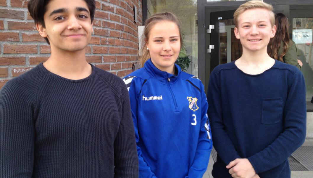 – Jeg tror ikke det å være populær er så viktig i ungdomsmiljøene lenger, sier Kasper Hellstrøm Nordahl (t.h).Her er han sammen med klassekameratene Jobin Izadpanah (t.v) og Mari Floor Brenden fra 10B på Årvoll skole i Oslo. (Foto: Ida Korneliussen)