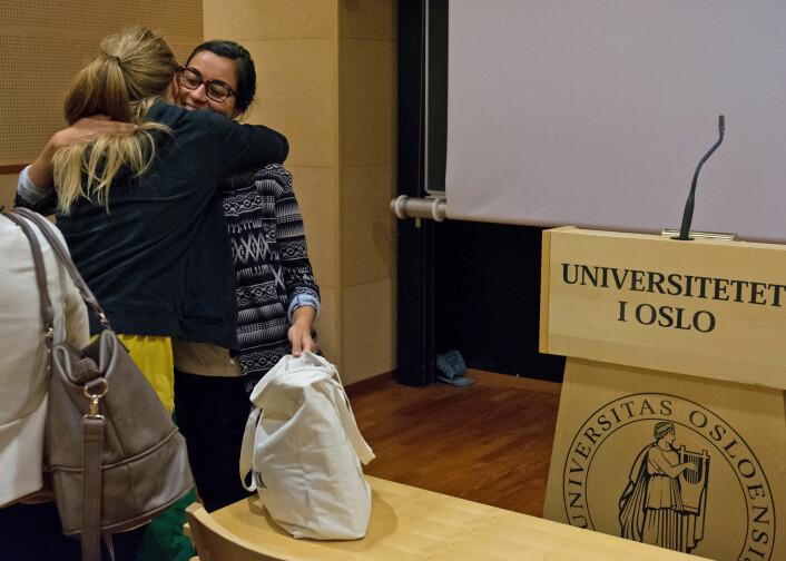 Endelig ferdig: Marjan Nadim blir gratulert etter disputas på Universitetet i Oslo. Nå har hun doktorgraden. (Foto: Ida Kvittingen, forskning.no)