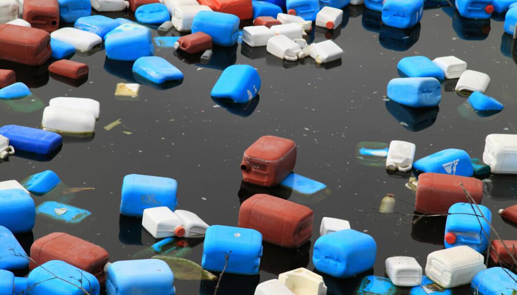 Plastsøppel kan gjøre stor skade på livet i havet. Men hvor mye plast som havner på sjøen, er vanskelig å finne ut av. (Foto: Colourbox)