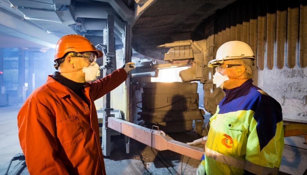 Silisiumindustrien i Norge er i gang med å redusere støvkonsentrasjonen i lufta rundt operatørene. Til fjerning av støv fra tappingen har Bernd Wittgens fra SINTEF (til venstre) og Halvard Tveit fra Elkem og NTNU vært med på å utvikle et nytt avsug som Elkems verk på Thamshavn var først ute med å ta i bruk.  (Foto: SINTEF / Thor Nielsen)