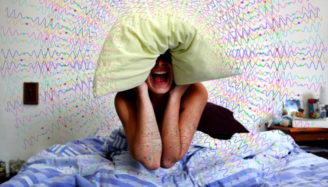 Tinnitus henger med sammen med unormal hjerneaktivitet som sprer seg utover store deler av hjernen, ifølge en ny artikkel i Current Biology. (Illustrasjonsfoto: Per Byhring, Colourbox)