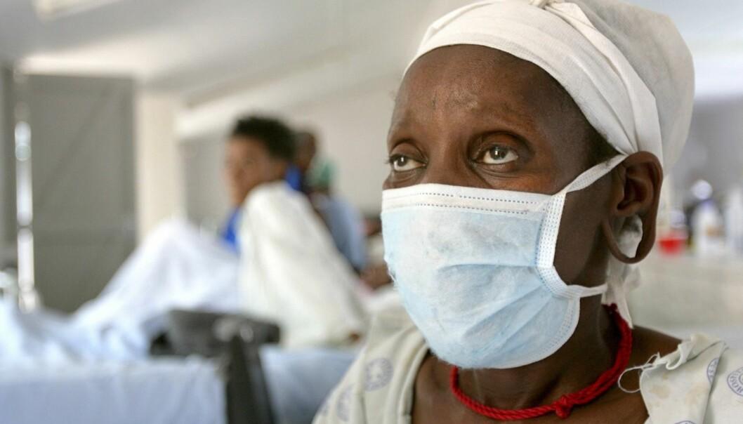 Denne kvinnen har testet positivt for superresistent tuberkulose. Her venter hun på behandling ved sykehuset Tugela Ferry i den fattige KwaZulu Natal-provinsen i Sør-Afrika, i 2006. Stadig flere blir rammet av multiresistent og superresistent tuberkulose. (Foto: Reuters)