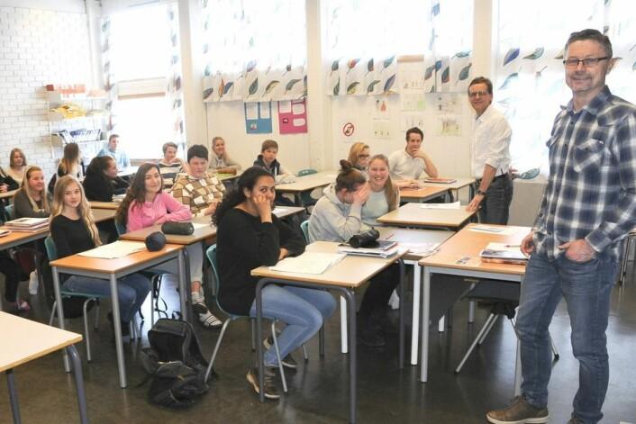 Ved skoler i Nord-Østerdalen har elevene fått gode resultater gjennom mange år. Her er lærer, rektor og utdanningssjef sammen med klasse 9B ved Tynset ungdomsskole. Men hvorfor får de ikke til det samme sør i Hedmark fylke, hvor forutsetningene tilsynelatende er de samme?  (Foto: Erland Vingelsgård, Arbeidets Rett)