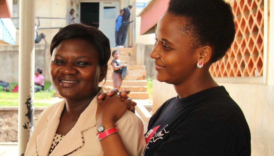 – Eg fekk leiarstilling på grunn av mastergraden min, seier Olive Norah Nabacwa (til venstre), leiar av ein av to fødeavdelingar på Mulago-sjukehuset i Kampala i Uganda. Her saman med kollega Stella Mushy. (Foto: Runo Isaksen, SIU)