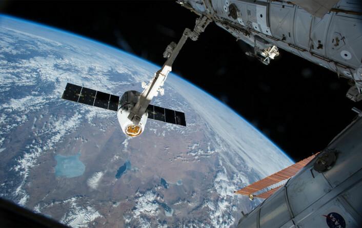 Falcon-romkapselen tilkoblet den internasjonale romstasjonen etter vellykket oppskytning 14. april 2015. (Foto: NASA)