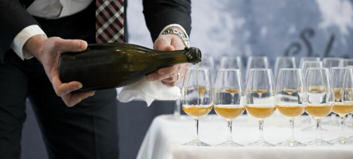En av de nesten 200 år gamle champagneflaskene ble åpnet på en tilstelning i Finland i 2010. Her serveres den eldgamle, men drikkelige champagnen. (Foto: Jonathan Nackstrand, AFP)