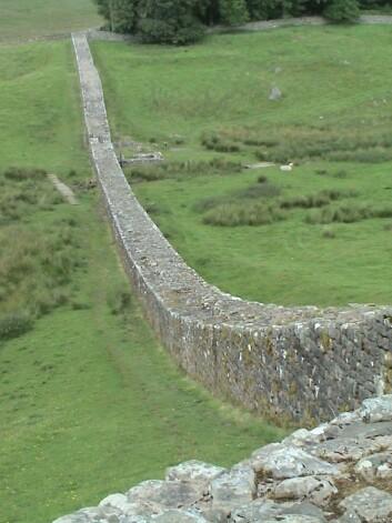 En rest av Hadrians mur, med navn etter den romerske keiseren Hadrian. Game of Thrones forfatteren sier han ble inspirert av denne da han skrev inn den høye muren mellom nord og sør i Westeros. (Foto: Wikimedia Commons. Bildet er offentlig eiendom)
