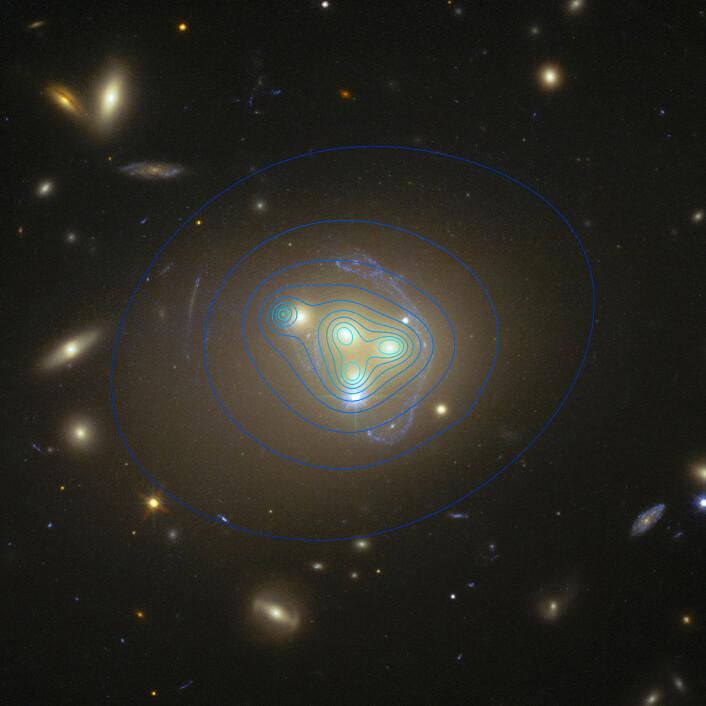 Slik tror forskerne at den mørke materien fordeler seg i dette systemet, basert på hvordan lyset vrir og vendes. Den nedbremsede flekken er til venstre i bilde.  (Foto: ESO)