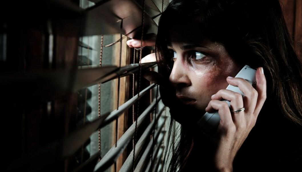 Ny rapport anbefaler en nasjonal telefon for mennesker med voldsrelaterte erfaringer. (Illustrasjonsfoto: Microstock)