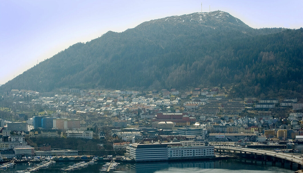 Løvstakken ruver bak Bergen sentrum. NGUs rapport konkluderer likevel med at den ikke blir byens radiator med det første.  (Foto: Creative Commons)