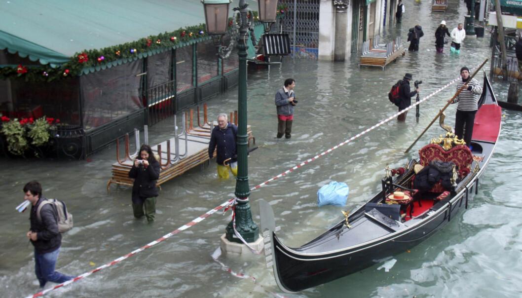 Venezia trenger hjelp for å kunne stå imot fremtidens flodbølger. Her fra en flom i desmber 2008. (Foto: Manuel Silvestri, Reuters)