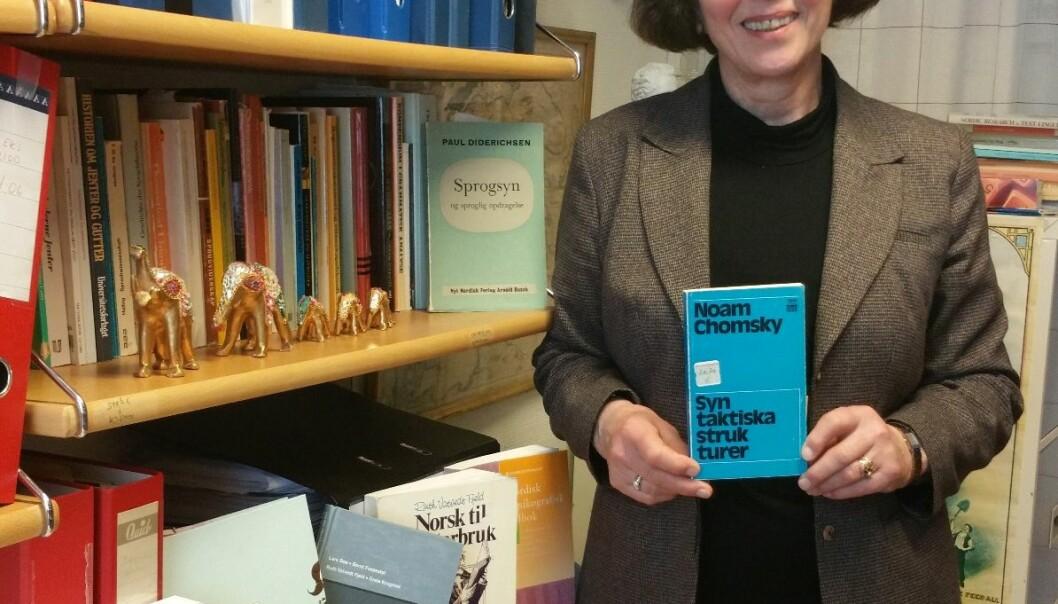 Da Ruth Vatvedt Fjeld var fersk student, leste hun ei bok som forandret livet hennes, men også hele fagfeltet. Noam Chomskys bok Syntaktiske strukturer kom ut i 1957. (Foto: Nina Kristiansen)