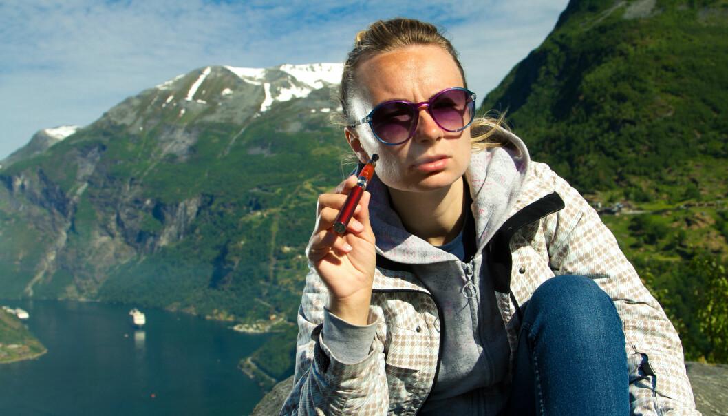 E-sigaretten er ute i hardt vær denne uken. Nå viser det seg at mange av sigarettene har skadelige tilsetningsstoffer som ikke nevnes på pakken (Foto: Colourbox)