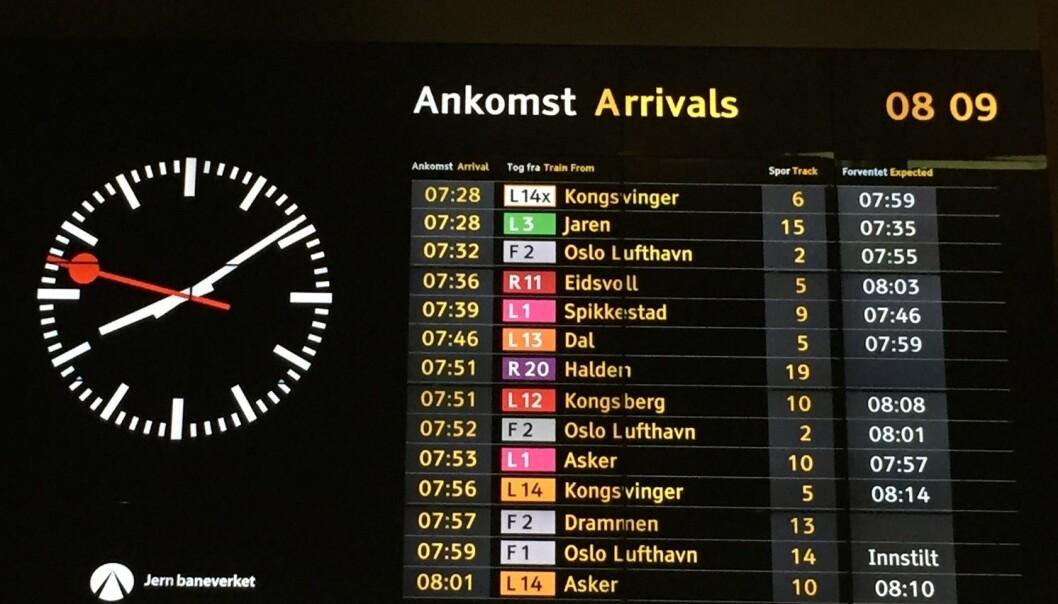 Oslo S 26. mars i år. Nesten alle tog til Oslo var forsinket eller innstilt, til tross for at snøværet som kom denne morgenen var varslet. (Foto: Bård Amundsen)