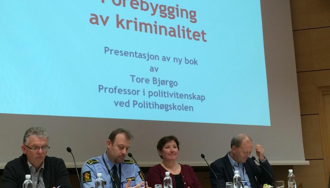 Det er ikke bare politiets oppgave å forebygge kriminalitet. Mange virkemidler kan brukes også av foreldre, ungdomsarbeidere og andre, sa professor Tore Bjørgo da han lanserte sin nye bok på Politihøgskolen. Fra venstre Tor-Geir Myhrer, professor i politirett ved Politihøgskolen, Trond Kyrre Simensen, lærer i kriminalitetsforebygging ved Politihøgskolen, kriminolog Heidi Mork Lomell ved Universitetet i Oslo og professor Tore Bjørgo.  (Foto: Anne Lise Stranden/forskning.no)