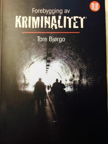Boken Forebygging av kriminalitet av professor Tore Bjørgo, Universitetsforlaget.  (Foto: Anne Lise Stranden/forskning.no)