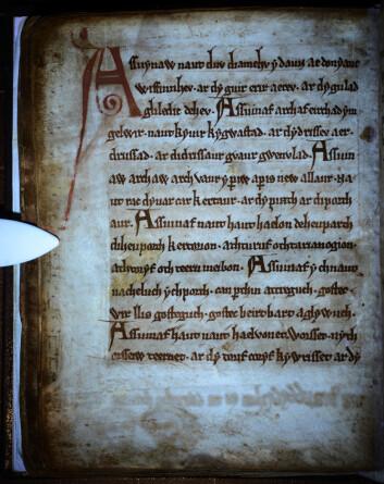 I margen har forskerne nå funnet hittil ukjente skriblerier fra tidligere eiere av boken. Disse ble antakelig fjernet på 1500-tallet. (Foto: University of Cambridge)