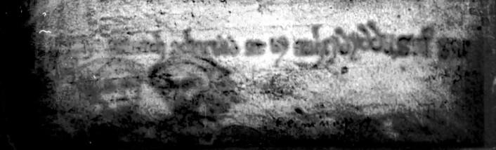 Tegninger som blir beskrevet som blir beskrevet som spøkelsesaktige ansikter, ble avslørt med ultrafiolett lys. (Foto: University of Cambridge)
