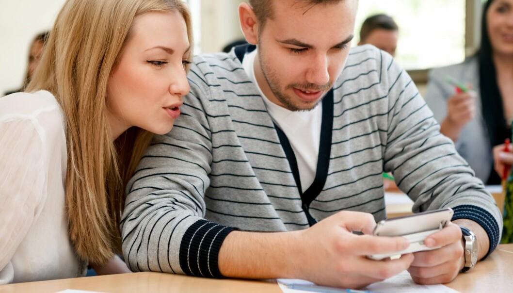 Mobiltelefoner med internett gjør det lettere å falle for fristelsen å utsette andre, mer viktige oppgaver.  (Foto: Microstock/NTB scanpix)