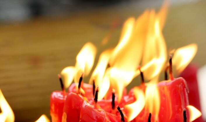 Er det fordi mennesker med høy utdanning så gjerne vil kose seg med levende lys at de opplever flest tilløp til brann? Dette spekulerer svenske forskere på.  (Foto: Colourbox)