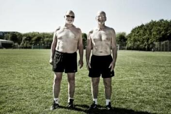 To glade menn med prostatakreft som spiller fotball på FC Prostata-laget i stedet for å delta i rehabilitering.   (Foto: Tryg fonden)