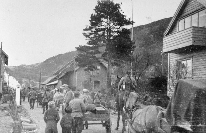 En avdeling norske soldater på vei ut fra Bergen, langs riksveien ved Arna. I ukene etter 9. april ytte Norge tyskerne hardere motstand enn det som ofte er blitt fortalt.  (Foto: NTB scanpix)
