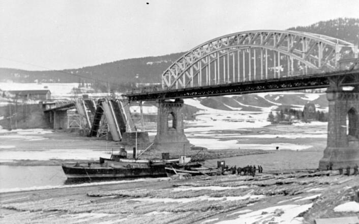 Minnesund bro i sørenden av Mjøsa ble sprengt av norske soldater for å bremse den tyske framrykkingen.  (Foto: NTB scanpix)