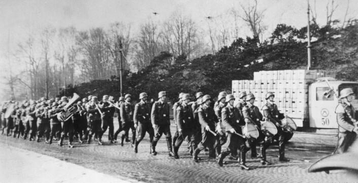 Tyske tropper marsjerer innover Drammensveien i Oslo 9. april 1940. Soldater med trommer går først. Bak dem en melkebil.  (Foto: Aftenposten)