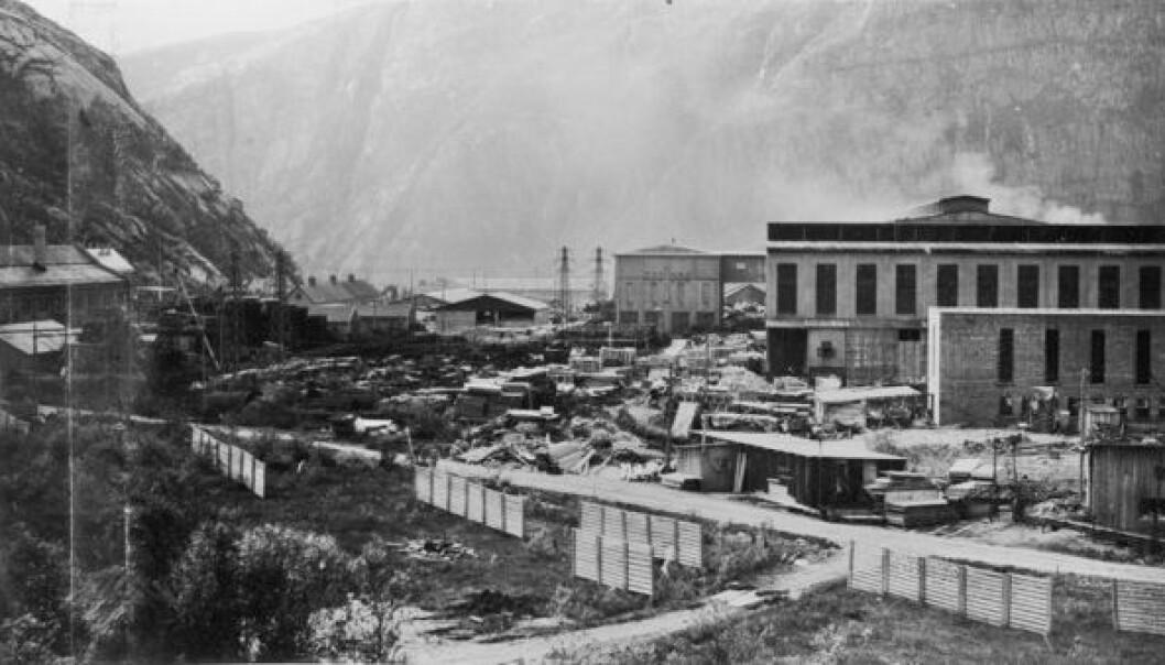 Tyskerne trengte aluminium, norske selskaper ville tjene penger. Dermed samarbeidet de med okkupasjonsmakta om nye fabrikker for produksjon av lettmetallet, som denne i Glomfjord i Nordland.  (Foto: Nordag-bilder, Nasjonalbiblioteket)