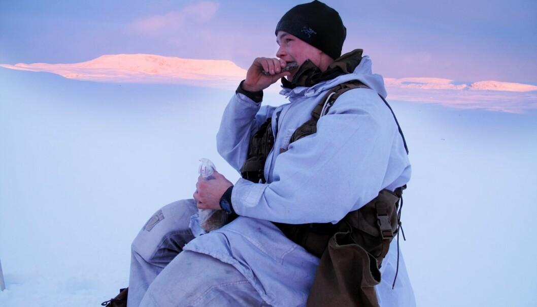 Soldat Tobias Berg (20) deltok i den tunge skimarsjen til 2. bataljon i januar. Her spiser han feltrasjonen sin. Forskere vil finne ut om det er bra nok for slike slitsomme øvelser i kaldt vær.  (Foto: FFI)