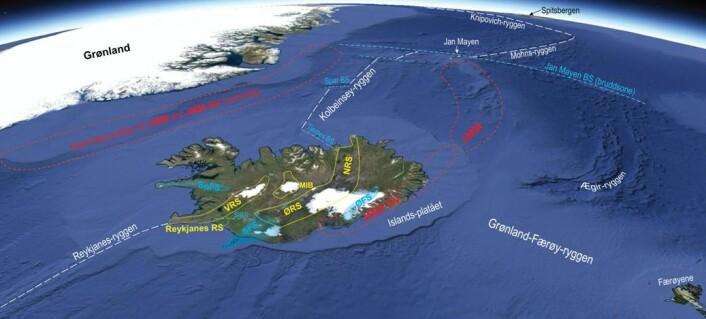 Fig. 1. NØ-Atlanteren med Grønland, Spitsbergen, Jan Mayen, Færøyene og Island (skrå utsikt mot nord, Google Earth).  Aktive spredningsakser og tverrgående bruddsoner er vist med hhv. hvite og blå stiplede linjer.  Ægir-ryggen i Norskehavet var aktiv frem til ca. 27 Ma (d.v.s for 27 millioner år siden).  Etter 27 Ma foregikk spredningen nord for Island langs Kolbeinsey-ryggen som opprinnelig ble til ved rifting og splitting av den ytre delen av kontinentalhylla utenfor Øst-Grønland (Fig. 2).  De utsplittede delene, Jan Mayen mikrokontinent (JMM) og den sørvestlige forlengelsen av dette (JMM-SV) danner nå et belte mellom Jan Mayen og SØ-Island.  Ved hjelp av seismiske data kan en tydelig identifisere den kontinentale jordskorpen i JMM.  Under Islandsplatået, derimot, har det foreløpig ikke vært mulig å fastslå tilstedeværelse av kontinental jordskorpe ved seismiske metoder.  JMM-SV er derfor antatt på grunnlag av tyngdefelt-variasjoner og geokjemiske indikasjoner.  Det er mulig at JMM-SV består av usammenhengende og tynne fragmenter av kontinental skorpe, delvis fordi JMM-SV kan ha blitt splittet og forstrukket under senere rift-hopp (ved 24, 15, 7 og 2 Ma), og delvis p.g.a. konvektiv erosjon og deloppsmelting i tilknytning til søylestrømmen (Fig. 3).  De Islandske riftsonene (RS) er vist i gul farge. VRS, ØRS, NRS: Vestlige, Østlige og Nordlige riftsone.  MIB: Midt-Islandske belte.  Flankesonene (FS) har blå farge: SnFS, SFS, ØFS: Snæfellsnes, Sørlige og Østlige flankesone.  Bruddsonene (BS) er karakteriser ved sidelengs-forkastninger. SIBS: Sør-Islandske bruddsone.