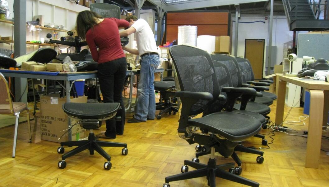 Her er stolene med varming og kjøling som ble brukt i studien. Hvis stolen holder deg passe varm, så er det ikke så farlig om ikke romtemperaturen er perfekt. (Foto: Center for the Built Environment, UC Berkeley)