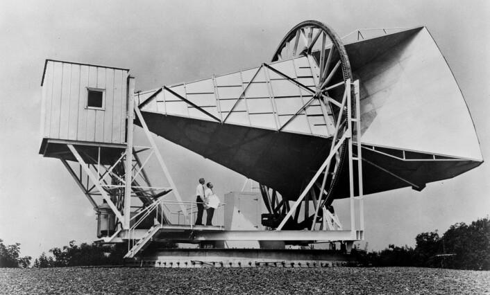 Denne hornformede antennen i New Jersey ble brukt av radioastronomene Robert Wilson og Arno Penzias da de ved en tilfeldighet oppdaget den kosmiske bakgrunnsstrålingen i 1964. De fikk Nobelprisen i fysikk i 1978 for oppdagelsen. Antennen ble opprinnelig bygget i 1959 for å ta imot signalene fra den aller første kommunikasjonssatellitten, ECHO I.  (Foto: NASA)