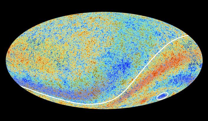 Romsonden Planck bekreftet dataene fra WMAP i større detalj. Universet ser ut til å være assymetrisk, stikk motsatt standardmodellen av universet. Den sier at universet er likt i alle retninger. Den hvite linjen skiller de to forskjellige halvdelene fra hverandre. Den sørlige himmelen (nederst) er varmere, farget i rødt. (Foto: (Figur: ESA/Planck))