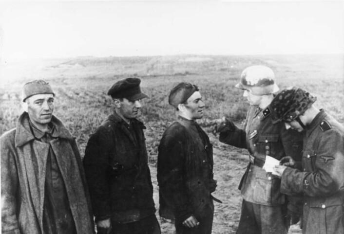 To norske frontkjempere forhører sovjetiske soldater.  (Foto: Bundesarchiv)