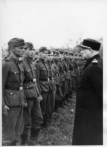 Vidkun Quisling besøker norske frontkjempere på Østfronten.  (Foto: Riksarkivet)